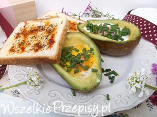 Awokado pieczone z jajkiem i czosnkową grzanką.