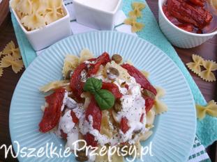 Sałatka z makaronu, suszonych pomidorów z jogurtowym dresingiem.
