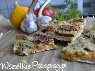 Pizza z pieczarkami i kiełbasą jałowcową