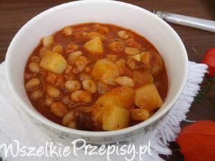 Gęsta zupa z fasolą, ziemniakami i boczkiem.