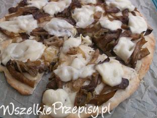 Pizza z boczniakami, cebulą i serem mozzarella.