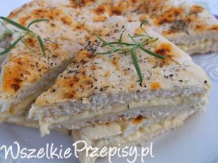 Włoski chlebek z ziołami i serem żółtym.