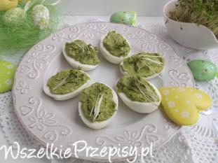 Wielkanocne jajeczka faszerowane sałatą i rzeżuchą.