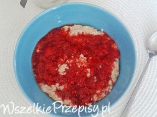 Owsianka z niskosłodzonym dżemem truskawkowym