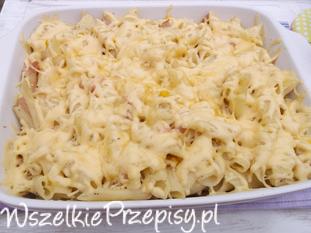 Makaronowa zapiekanka z kukurydzą, wędliną i serem żółtym.