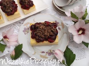 Sernik z frużeliną wiśniową i czekoladą