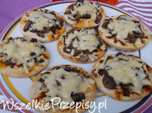 Mini pizze z pieczarkami.