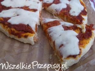 Pizza z pomidorowym sosem i mozzarellą.