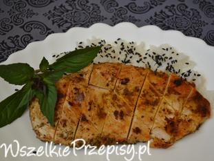 grillowana pierś z kurczaka podana na ryżu jaśninowym z czarnym sezamem