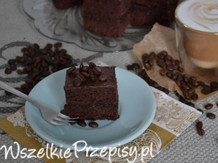 ciasto piernikowe przekładane masą z daktyli i suszonej śliwki