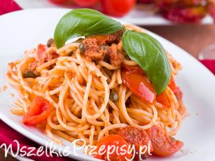 Spaghetti z tuńczykiem w sosie pomidorowym.