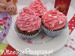 Walentynkowe muffinki czekoladowe z bitą śmietaną.