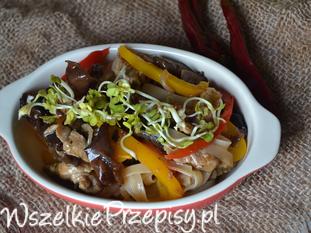 Wieprzowina z makaronem ryżowym i grzybami mun