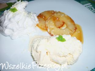 Karmelizowany ananas z lodami i bitą śmietaną