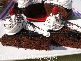Kakaowe ciasto z bitą śmietaną.
