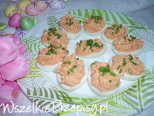 Jajka nadziewane pomidorową-szczypiorkową pastą.