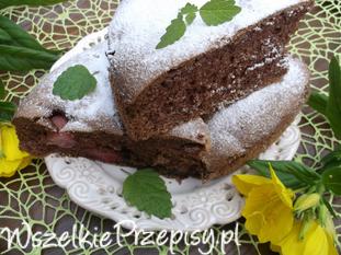 Kakaowe ciasto z truskawkami.
