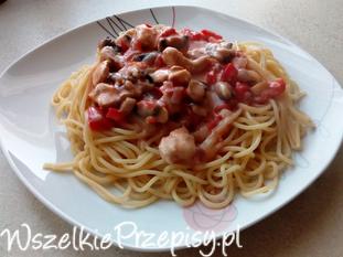 Makaron z sosem pomidorowym z pieczarkami