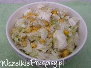 Sałatka z kapusty pekińskiej, kukurydzy i sera mozzarella