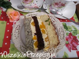 Biszkoptowy tort z masą budyniowo-brzoskwiniową.