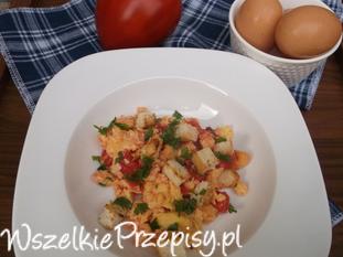 Jajecznica z pomidorami i grzankami.