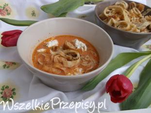 Zupa pomidorowa z naleśnikiem i ziołowym twarożkiem.