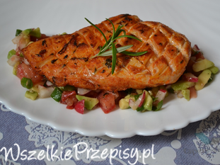 Pierś kurczaka pieczona podana na warzywach