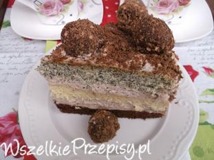 Tort urodzinowy z kuleczkami czekoladowymi.