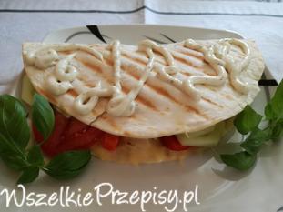 Quesadila faszerowana kurczakiem i warzywami