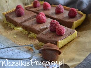 Tarta z kremem czekoladowym i malinami