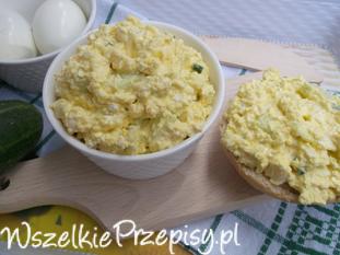 Pasta z jajek, twarożku i zielonego ogórka.