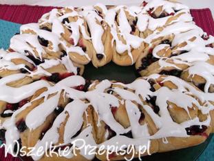Drożdżowe - lukrowane ciasto z owocami.