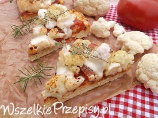 Pizza z kalafiorem, pomidorem i mozzarellą.