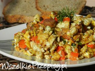 jajecznica z kabanosem i warzywami
