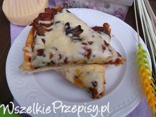 Pizza z sosem pomidorowym i pieczarkami.