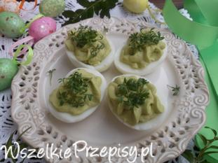 Jajka nadziewane awokado i rzeżuchą.