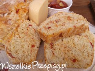 Chleb z suszonymi pomidorami i serem żółtym.