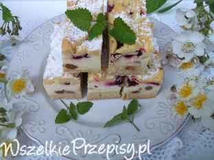 Ciasto styropian z jagodami i rodzynkami.