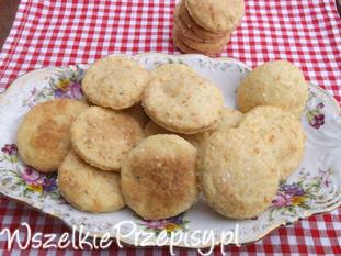 Ciasteczka krakersy z serem żółtym i sezamem.