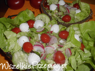Surówka z mini serkami i pomidorkami cherry