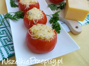 Pomidory nadziewane kaszą kuskus i suszonymi pomidorami.