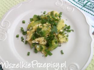 Jajecznica z awokado i zieleniną.