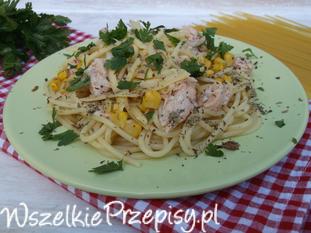 Spaghetti z łososiem, kukurydzą, serem żółtym i natką pietruszki