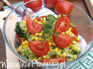 Sałatka brokułowa z pomidorami i kukurydzą.